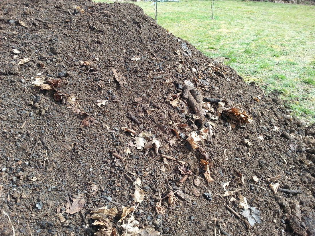 Kompost patří mezi nejkvalitnější organická hnojiva, která ocení všechny zahradní plodiny, dokonce icibuloviny, které nesnesou čerstvý hnůj.