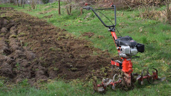 zalozeni-zahonu-na-pestovani-brambor-pomoci-techniky-se-kterou-si-poradite-i-s-vetsi-plochou-pudy.-728x409.jpg