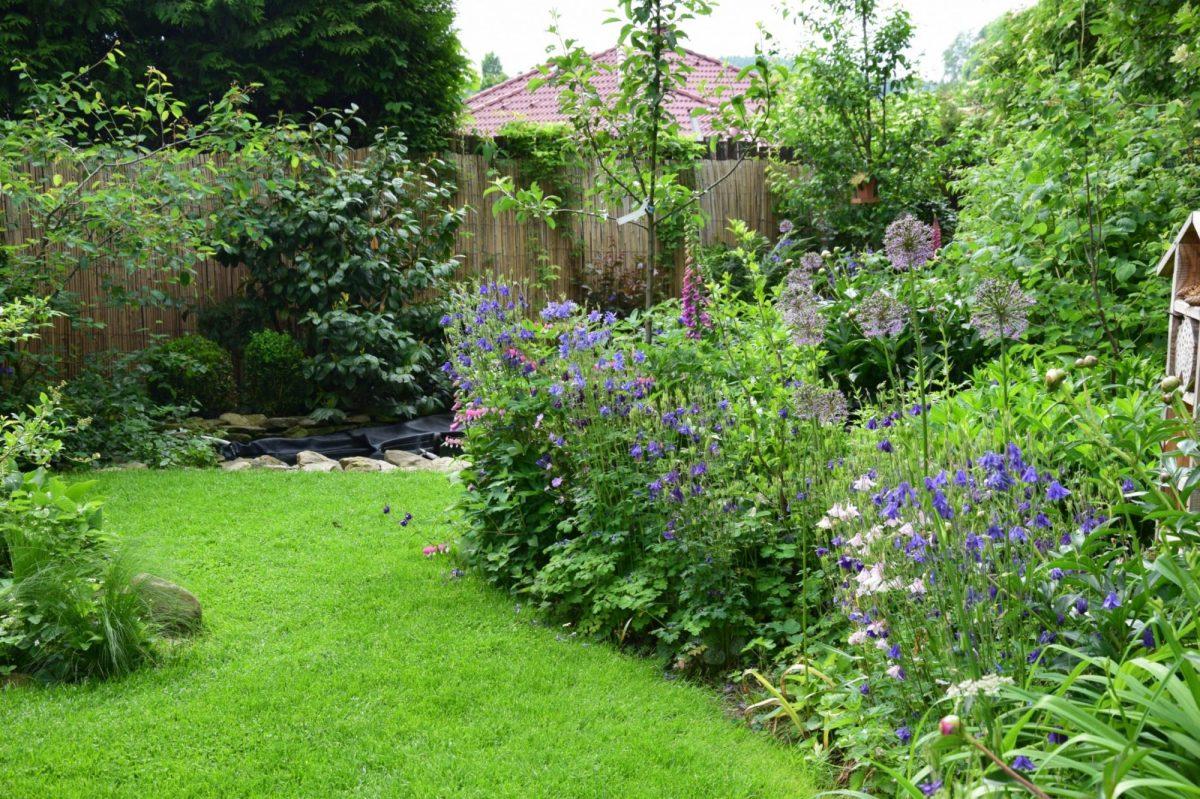 Intenzivně udržovaný trávník dokáže podtrhnout krásu zahrady, jeho krása je ale vykoupena náročnou péčí