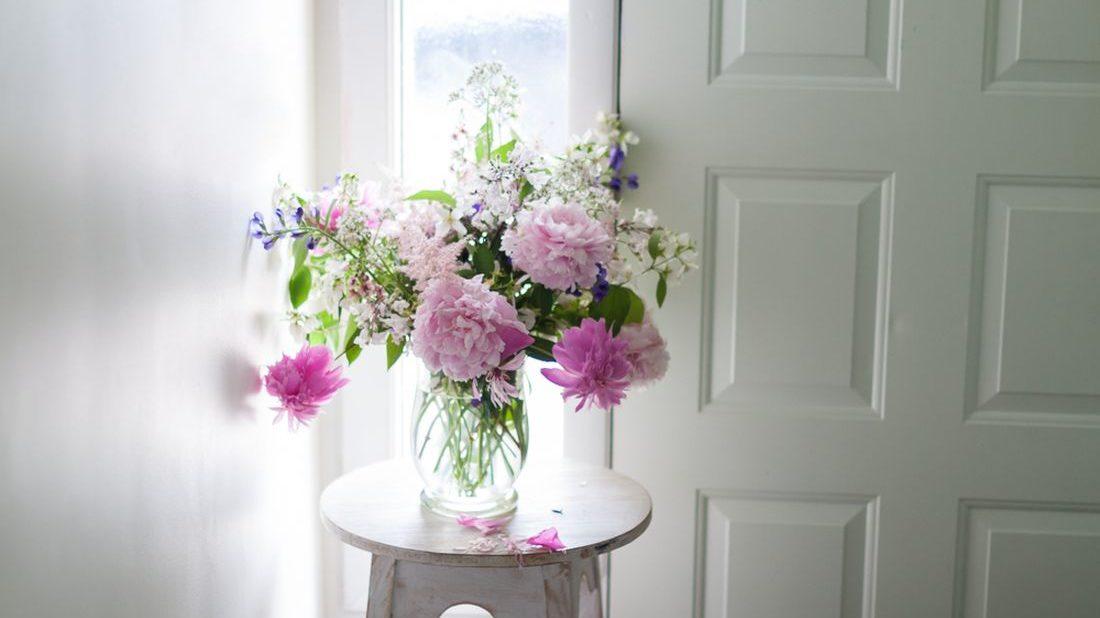 kvetiny-ve-vaze_shutterstock_1068429164-1100x618.jpg