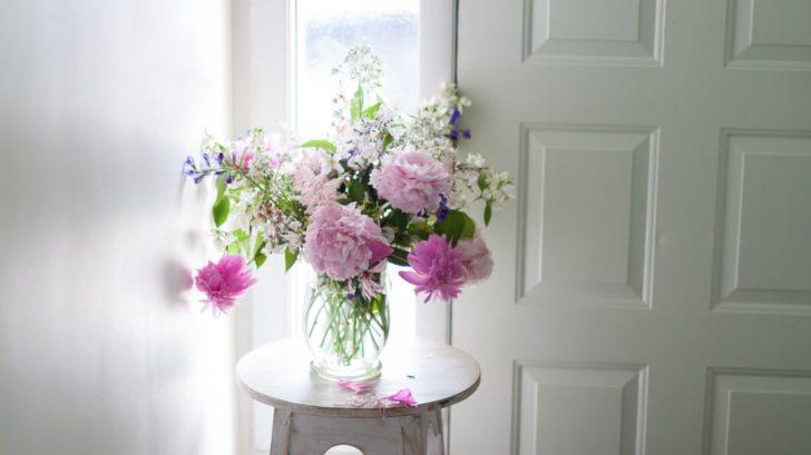 kvetiny-ve-vaze_shutterstock_1068429164-728x409.jpg