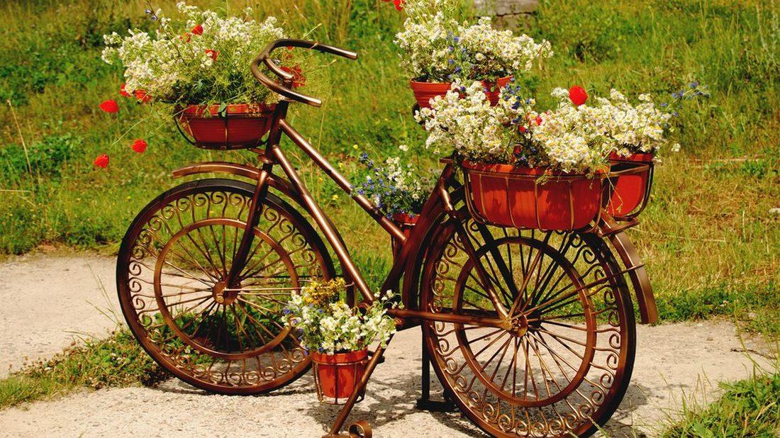 kolo-s-kytkama-osazene-kolo-kolo-zahradni-dekorace-dekorace-1100x618.jpg