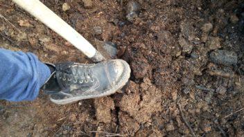 kompost-lze-vyrobit-na-kazde-zahrade-a-navic-je-to-naprosto-univerzalni-hnojivo-352x198.jpg