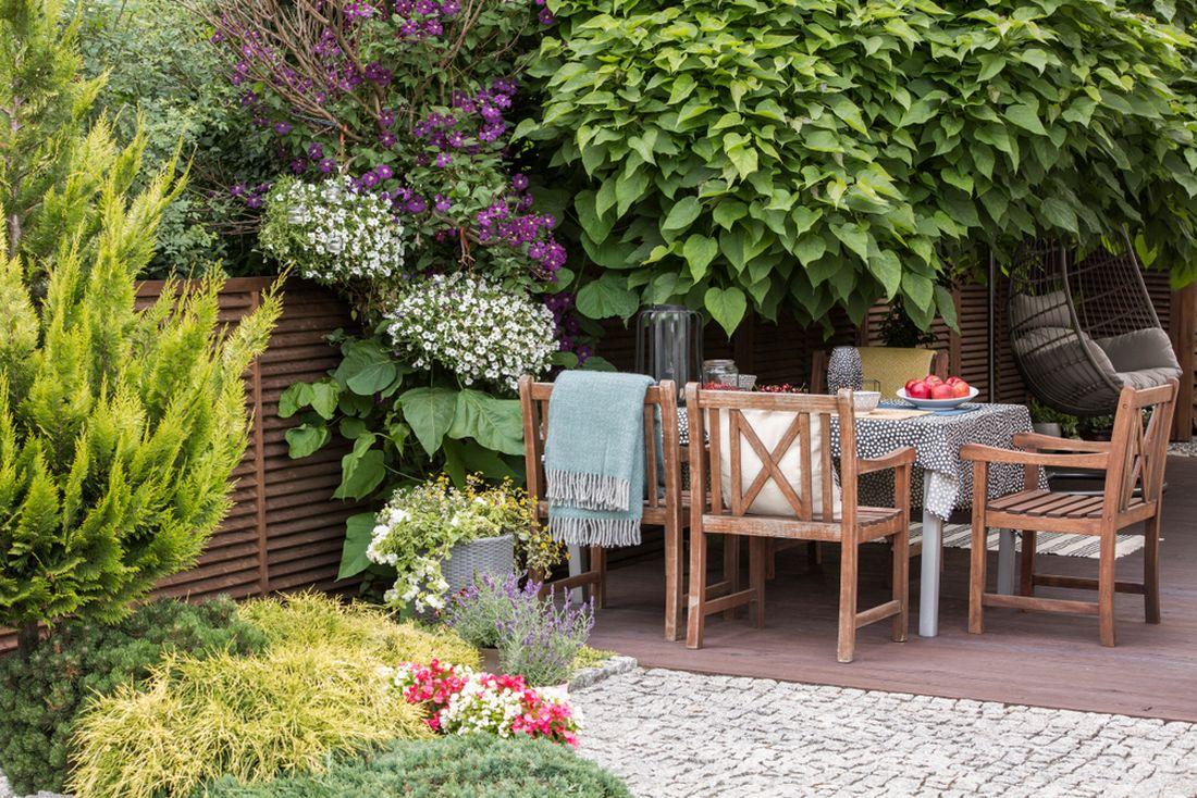 na-terasu-krome-kvetin-patri-i-specialni-nabytek-vhodny-do-exterieru.jpg