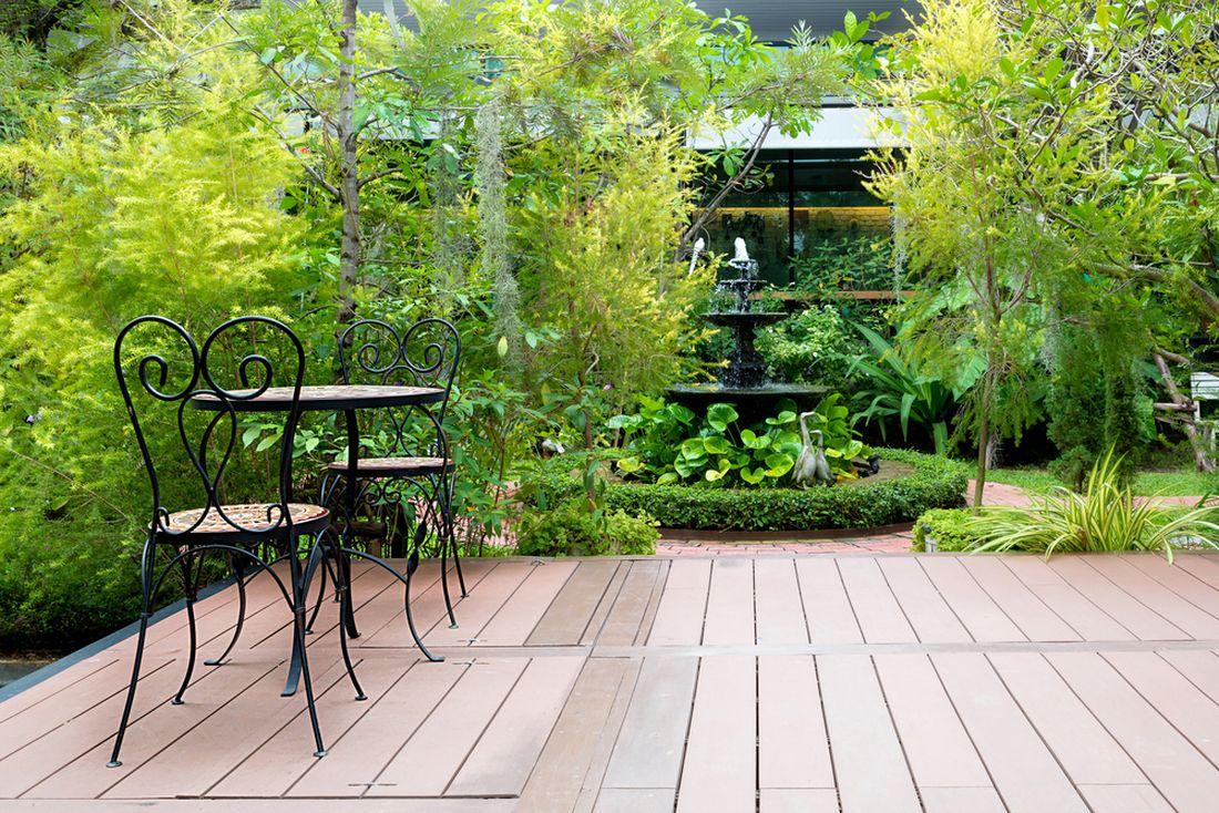 terasa-obklopena-svezi-zeleni-prinasi-dostatek-soukromi-i-stinu.jpg
