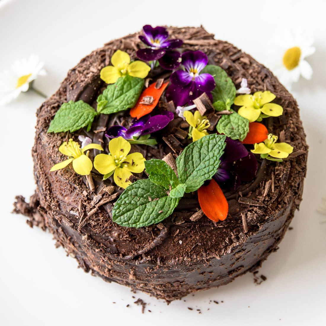 cokoladovy-dort-s-listky-maty-a-jedlymi-kvety.jpg