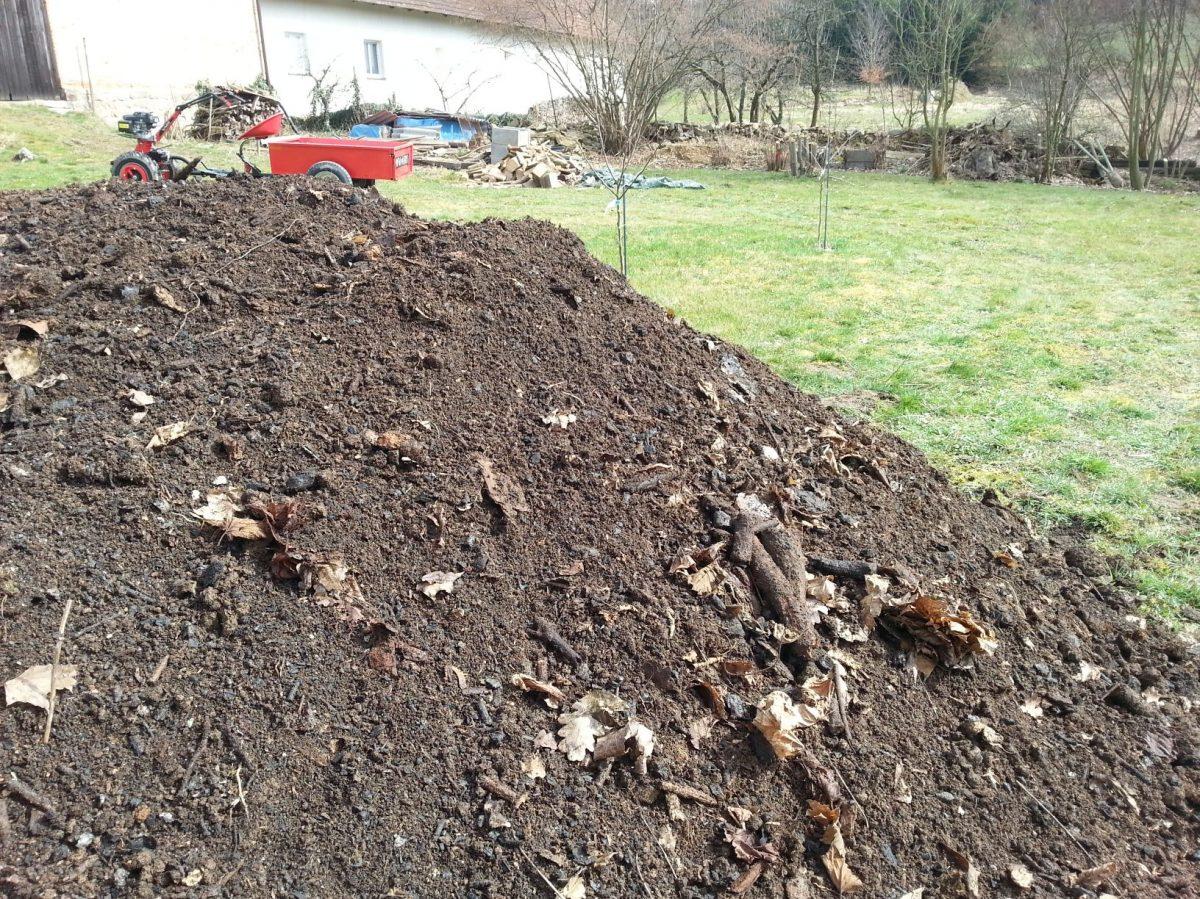 kvalitni-kompost-je-pro-pudu-tim-nejlepsim-materialem-po-vsech-strankach-1200x1200.jpg