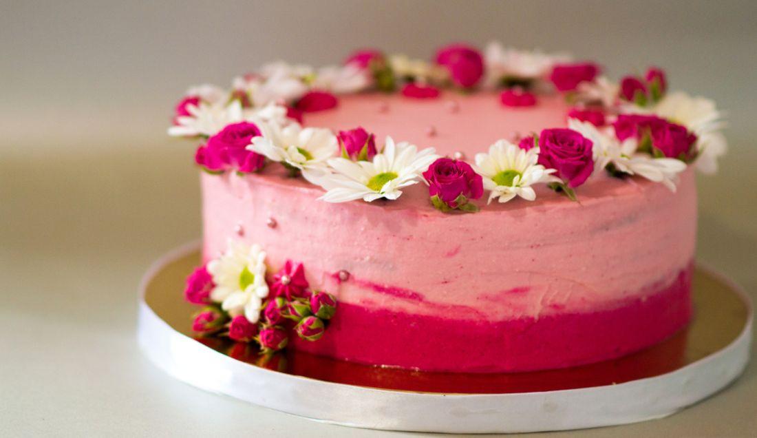 medovy-dort-s-ovocnou-naplni-zdobeny-kvety-jedlych-chryzantem-a-mini-poupatky-ruzi.jpg