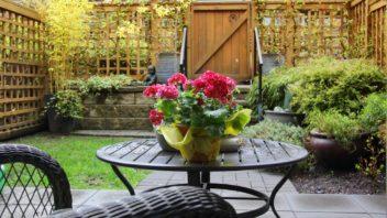 pomoci-trelazi-lze-oddelit-cast-zahrady-s-posezenim-352x198.jpg