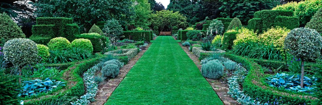 pro-anglicke-zahrady-jsou-typicke-geometricke-tvary-a-soumerna-vysadba.jpg
