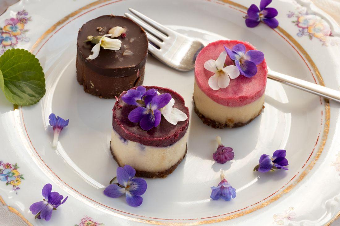 raw-vegan-dezerty-zdobene-kvety-violek.jpg
