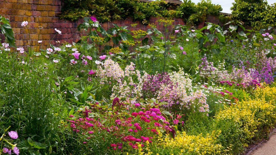 rostliny-jasnych-teplych-barev-vysazujte-na-dlouhem-pozemku-spise-vzadu-1100x618.jpg