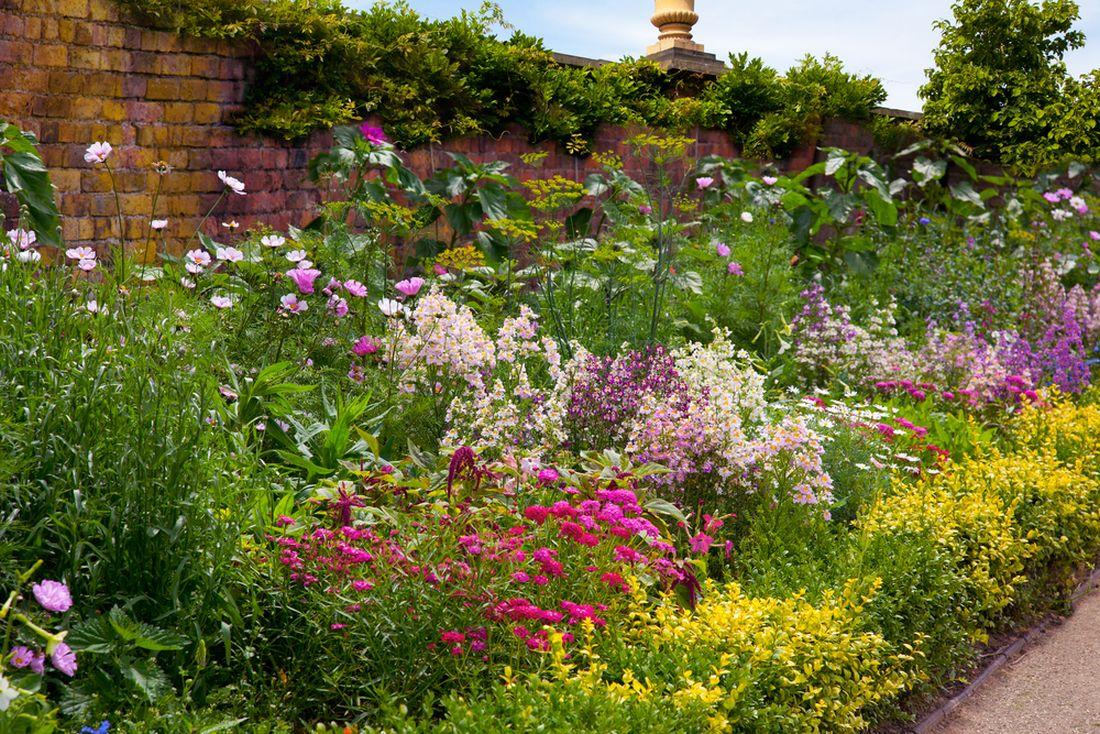 rostliny-jasnych-teplych-barev-vysazujte-na-dlouhem-pozemku-spise-vzadu.jpg