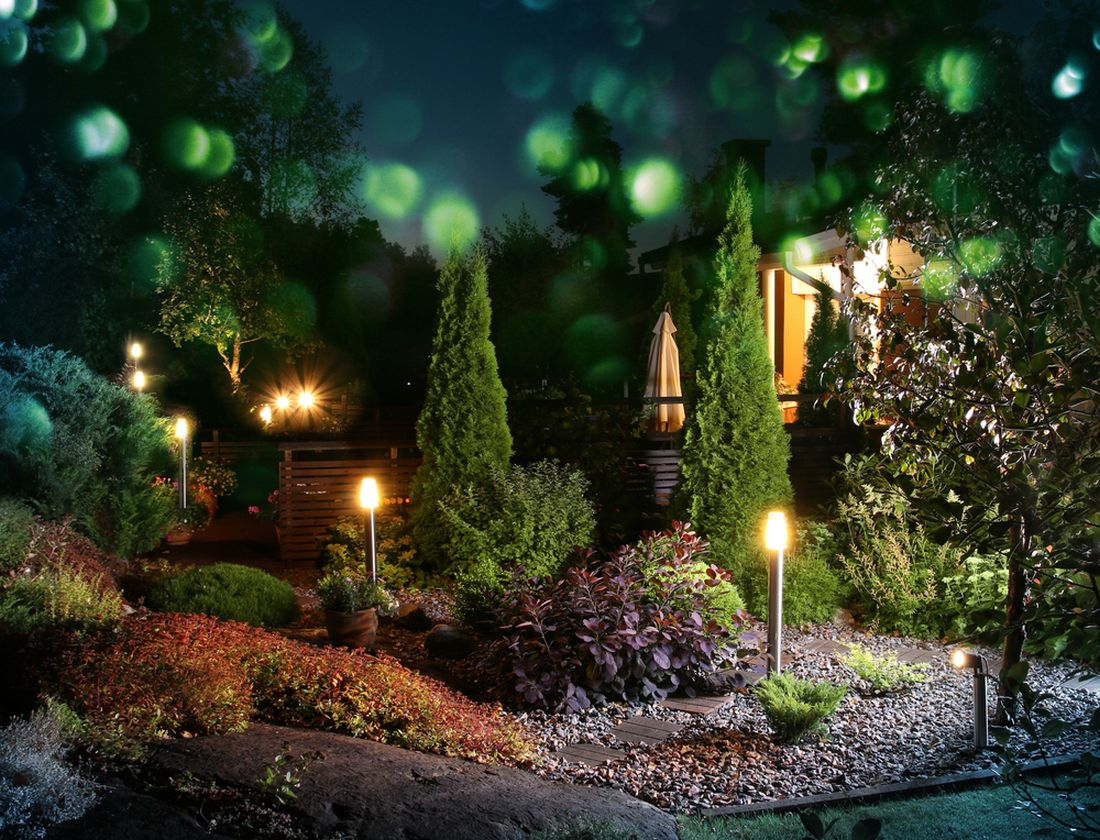 osvetlena-vecerni-zahrada-laka-k-prochazkam-a-posezeni.jpg