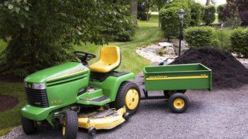 pokud-jiz-vlastnite-zahradni-trakturek-zeptejte-se-obchodnika-zda-k-nemu-lze-dokoupit-i-vozik-352x198.jpg