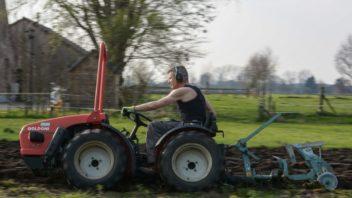 v-pripade-opravdu-velkych-pozemku-a-tezke-prace-se-urcite-porozhlizejte-po-malotraktorech-dvouosych-352x198.jpg