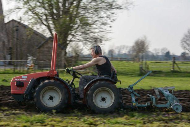 v-pripade-opravdu-velkych-pozemku-a-tezke-prace-se-urcite-porozhlizejte-po-malotraktorech-dvouosych-614x410.jpg