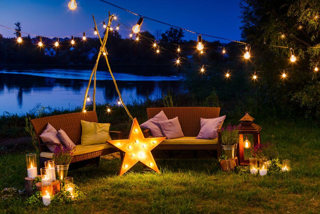 zahradu-muzete-osvetlit-i-svickami-nebo-elektrickymi-zarovickami.jpg