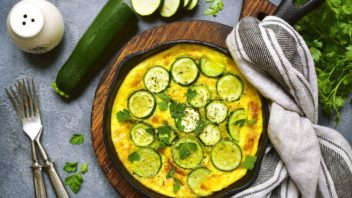 pecena-omeleta-s-cuketou-v-litinove-panvi-352x198.jpg