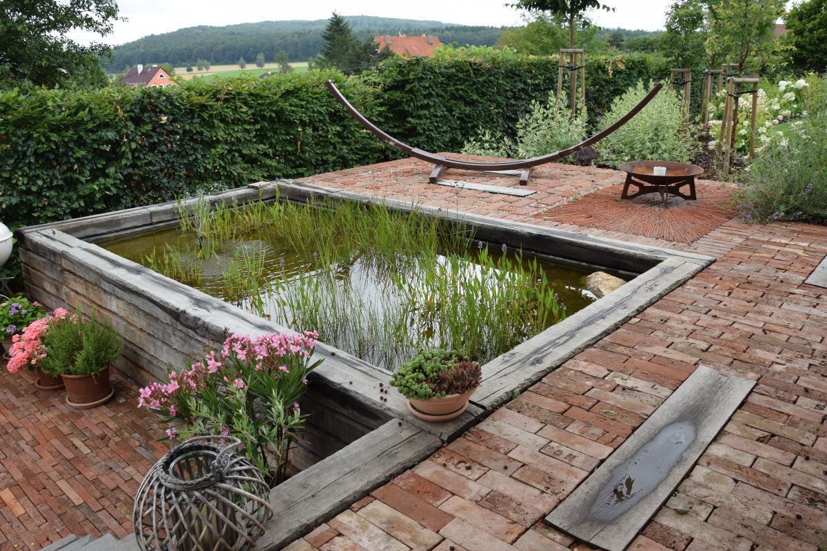 dlazba-v-barvach-podzimu-kouzlo-zahrady-jen-podtrhne.jpg
