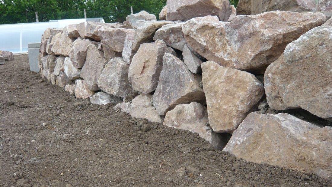pri-stavbe-suche-zidky-se-musi-vykryvat-spary-mezi-kameny.-1100x618.jpg