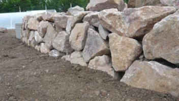 pri-stavbe-suche-zidky-se-musi-vykryvat-spary-mezi-kameny.-352x198.jpg