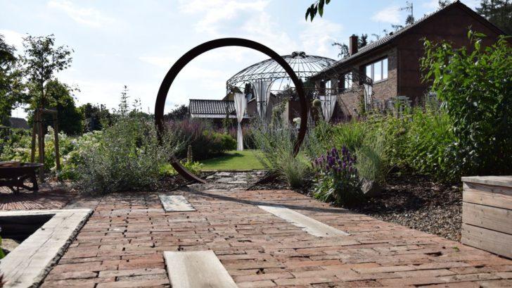 pro-celorocne-krasnou-zahradu-jsou-dulezite-i-dalsi-prvky-jako-treba-dlazba-728x409.jpg