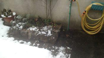 pokud-nemate-ulozene-potrubi-v-nezamrzne-hloubce-je-nutne-jej-na-zimu-vypustit-352x198.jpg