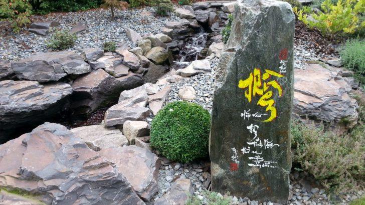 v-asijskych-zahradach-skvele-vyniknou-hlavne-kamenne-prvky.-728x409.jpg